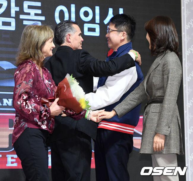 [사진]포옹으로 힐만 이임식 갖는 SK 최창원 구단주
