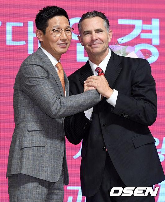 [사진]염경엽 신임 SK 감독 격려하는 힐만 전 감독