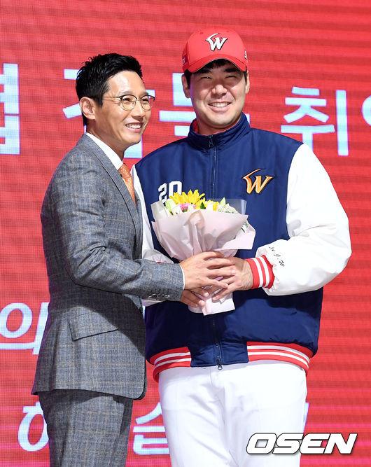 [사진]SK 염경엽 감독 취임 축하하는 주장 이재원