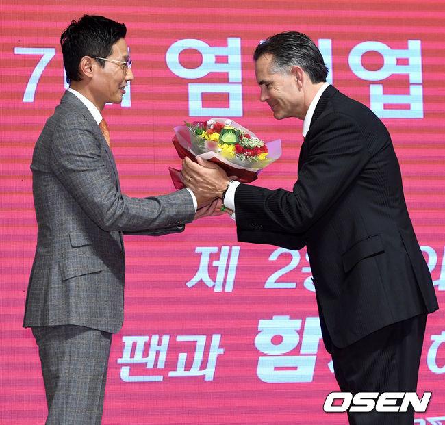 [사진]염경엽 신임 SK 감독에게 축하 꽃다발 전하는 힐만