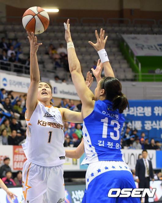 [사진]염윤아,가볍게 파고들어 골밑 슛 성공