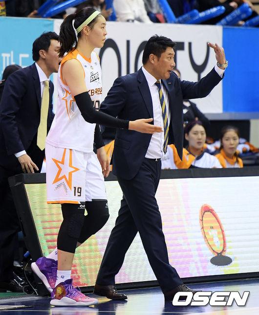 [사진]안덕수,박지수 교체 타임은 지금이야