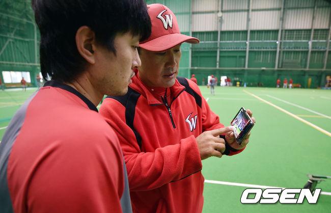 [사진]백재호 코치와 영상 보며 타격폼 찾는 김성현