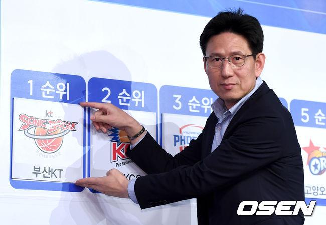 [사진]2018 KBL 국내신인 드래프트 1순위 뽑은 kt 서동철 감독