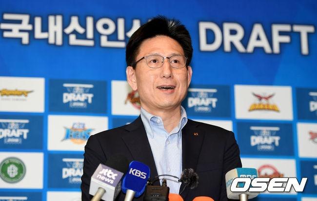 [사진]국내신인 드래프트 1순위 소감 전하는 kt 서동철 감독