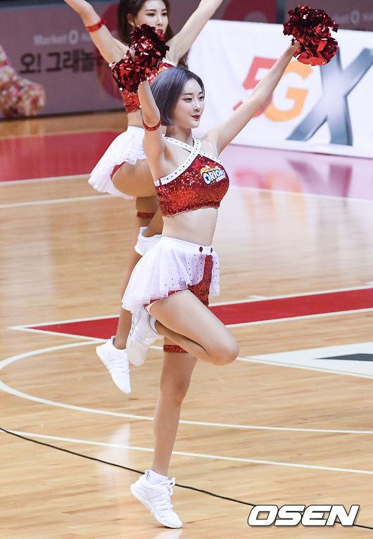 [사진]맥심 표지 장식한 치어리더 서현숙,농구 코트 위 열정적인 무대