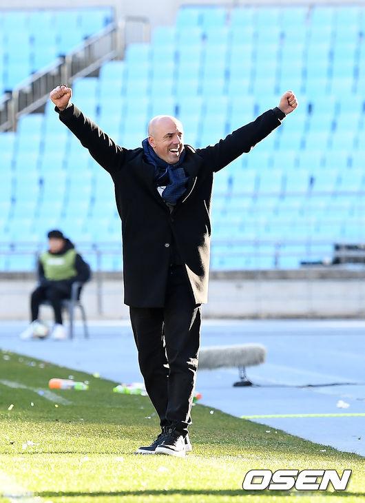 [사진]FA컵 우승 확정짓고 기뻐하는 안드레 감독
