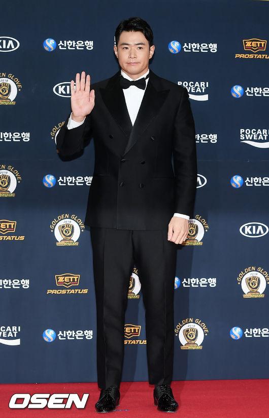 [사진]홈런왕 김재환,골든글러브 도전해요