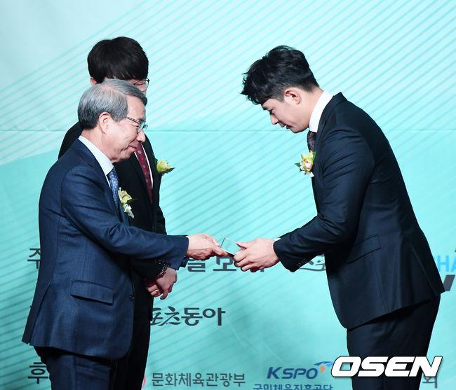 [사진]올해의 선수상 수상하는 두산 김재환