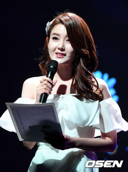 [사진]아름다운 목소리로 시 낭독하는 구은영 아나운서