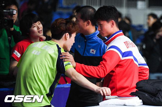 [사진]경기는 졌지만 하나가 된 남북단일팀