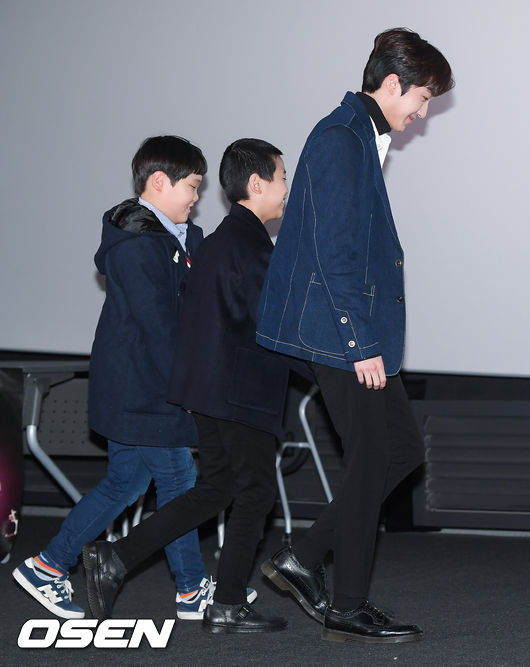 [사진]SF9 찬희,귀여운 아이들 손잡고