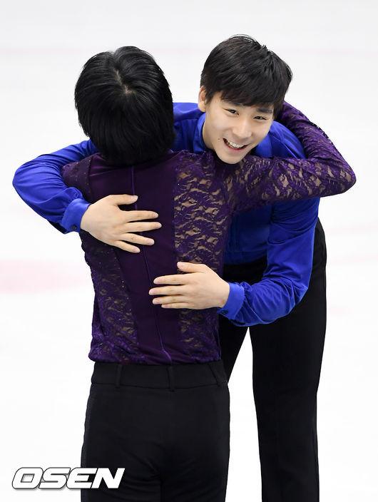 [사진]이준형,차준환에게 환한 미소로 축하 포옹 건네