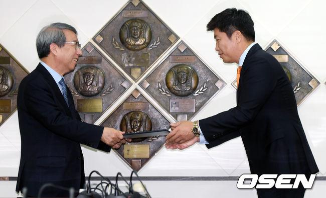 [사진]위촉장 받는 기술위원회 박재홍 위원
