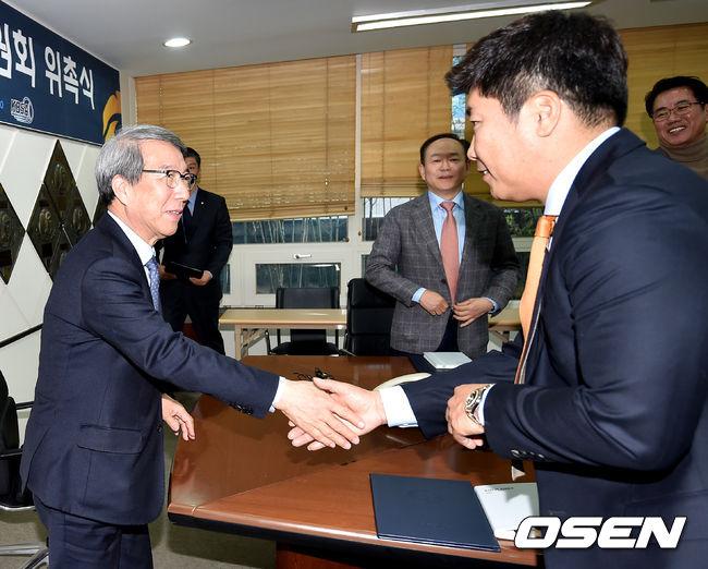 [사진]정운찬 총재,박재홍 위원 잘 부탁드립니다