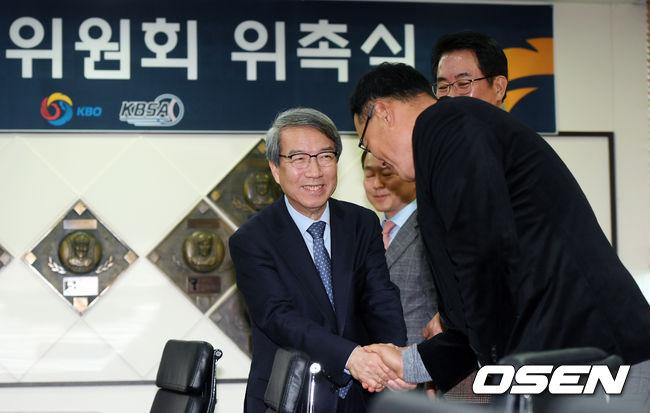 [사진]기술위원회 위촉식 참석해 위원들과 악수 나누는 정운찬 총재