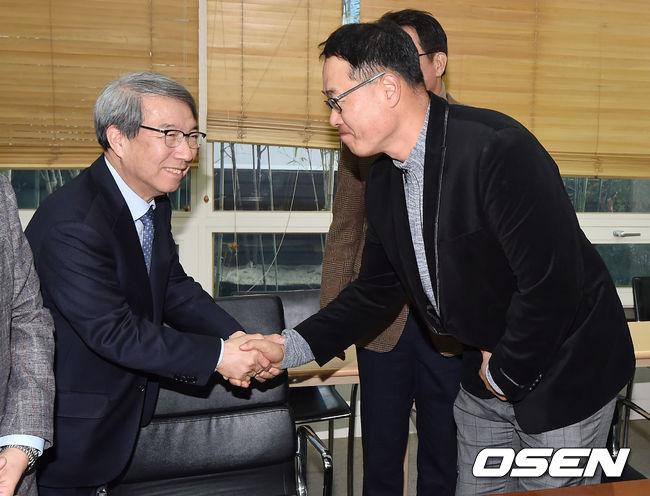 [사진]악수 나누는 마해영 위원-정운찬 총재