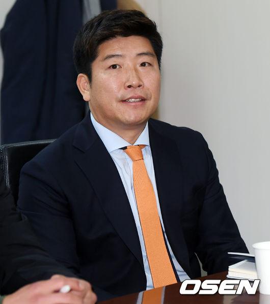 [사진]국가대표 박재홍 기술위원,긴장 가득한 모습