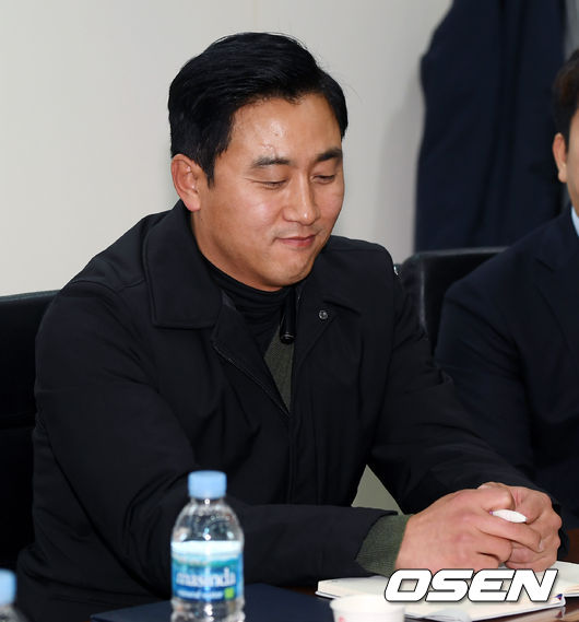 [사진]국가대표 최원호 기술위원,묘한 미소