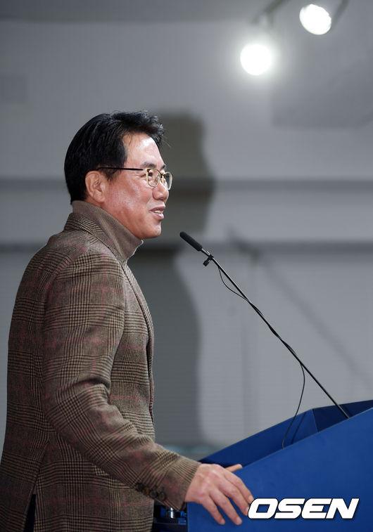 [사진]미소 띈 채 브리핑 갖는 김시진 기술위원장