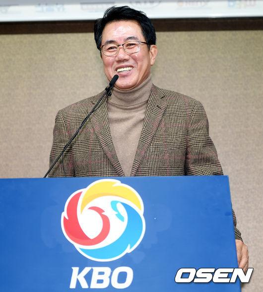 [사진]브리핑 하며 미소 짓는 김시진 기술위원장