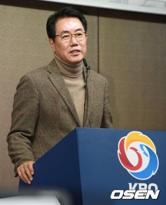 [사진]첫 회의 후 브리핑 갖는 김시진 위원장,1월 내에 감독 선임할 것