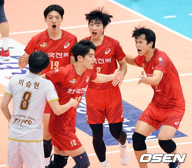 [사진]득점의 기쁨을 함께 나누는 한국전력 선수들