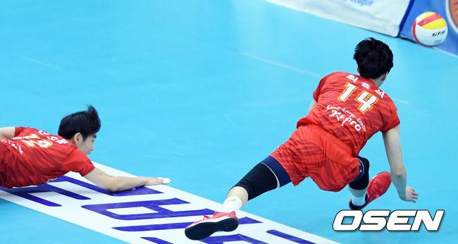 [사진]리시브 위해 몸 날리는 신으뜸-최홍석