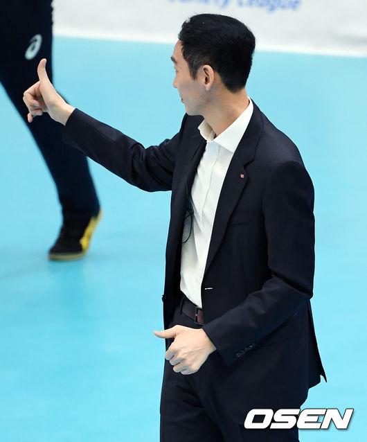 [사진]선수들 향해 엄지 척 날리는 김철수 감독
