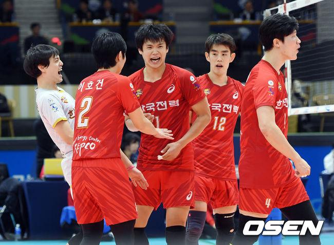 [사진]득점 기쁨 함께 나누는 한국전력 선수들