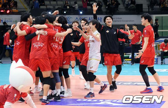 [사진]시즌 2승 기쁨 함께 나누는 한국전력 선수들