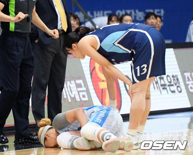 [사진]발목 부위 부여잡고 쓰러진 김한별