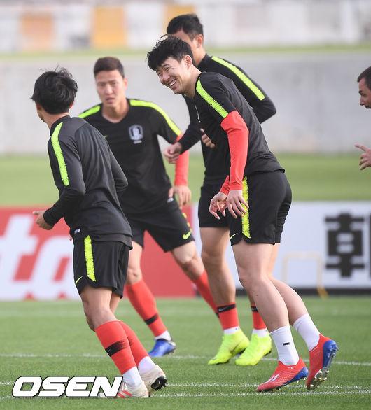 [사진]손흥민,막내 이승우 향한 훈훈한 캡틴 미소