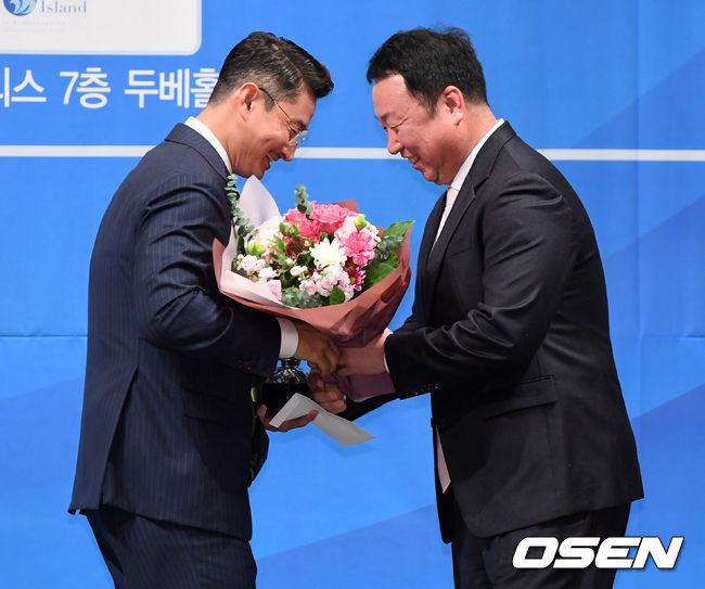 [오피셜] LG-박용택, 2년 25억 FA계약 발표...레전드 스타로 예우
