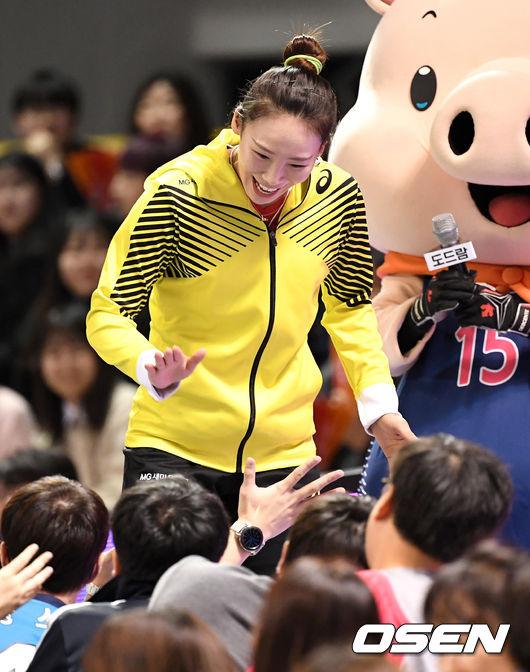[사진]오지영, 팬들과 기분 좋은 하이파이브