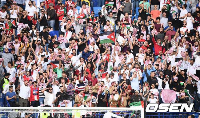 [사진]요르단 선제골에 환호하는 요르단 응원단