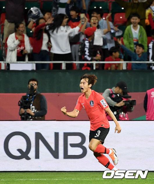 [사진]김진수, 붉은 악마 환호 이끈 연장 헤더골