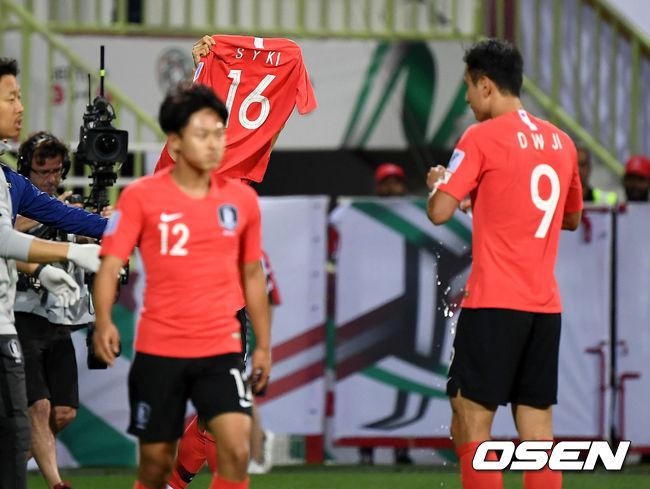 [사진]김진수, 연장골에 기성용 유니폼 들고 세리머니