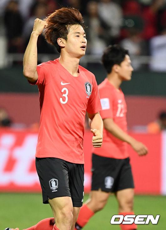 [사진]주먹 불끈 쥔 김진수, 연장전 귀중한 헤더골