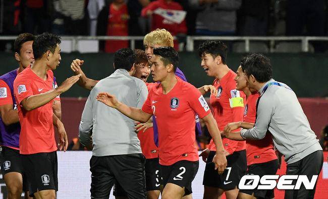 [사진]김진수 연장 헤더골에 활짝 핀 A대표팀