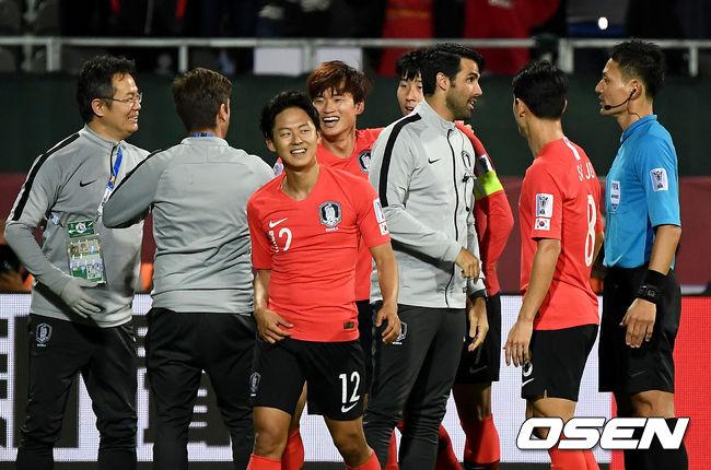 [사진]김진수-손흥민-이승우, 연장서 웃었다