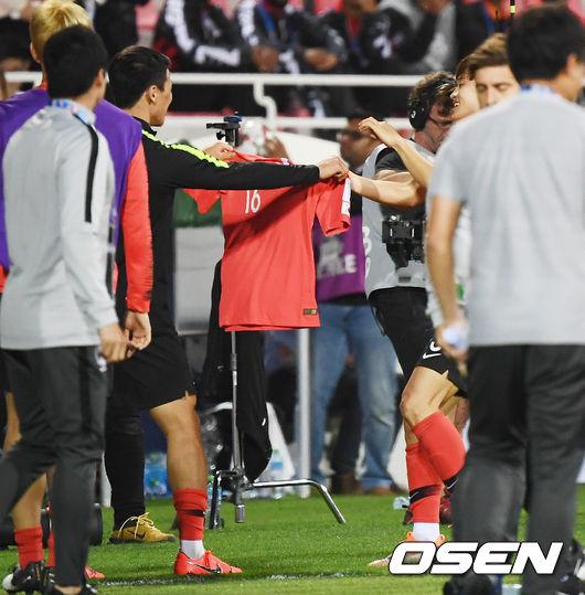 [사진]결승 헤더골 김진수,희찬아! 성용이형 유니폼 좀 줘