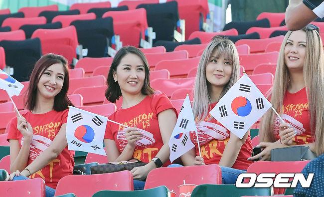 [사진]태극기 든 미녀 응원단