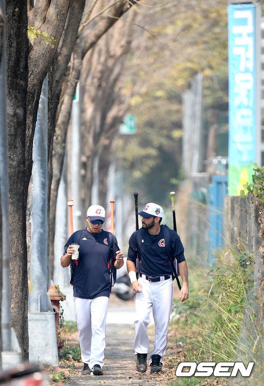 [사진]손아섭-아수아헤, 함께 걸어요