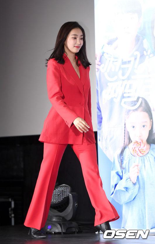 [사진]윤보라, 시선 사로잡는 레드