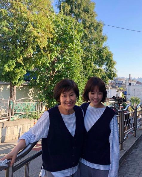 '눈이 부시게' 한지민X김혜자, 쌍둥이처럼 똑같은 옷 입고 미소[★SHOT!]