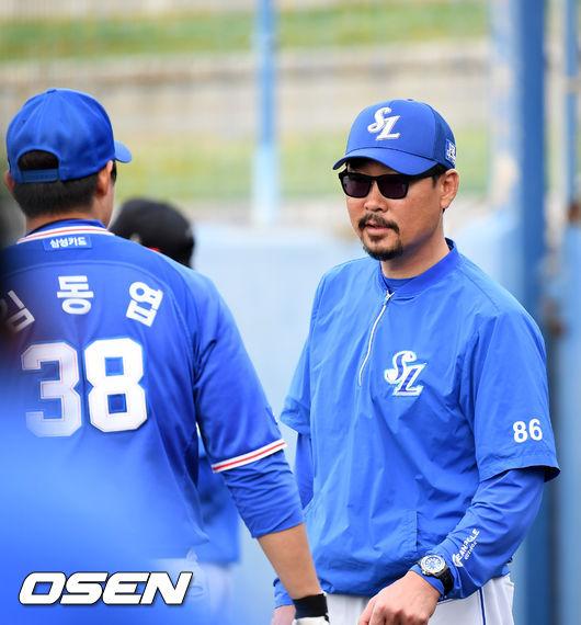 [사진]김한수 감독,김동엽을 불러 격려