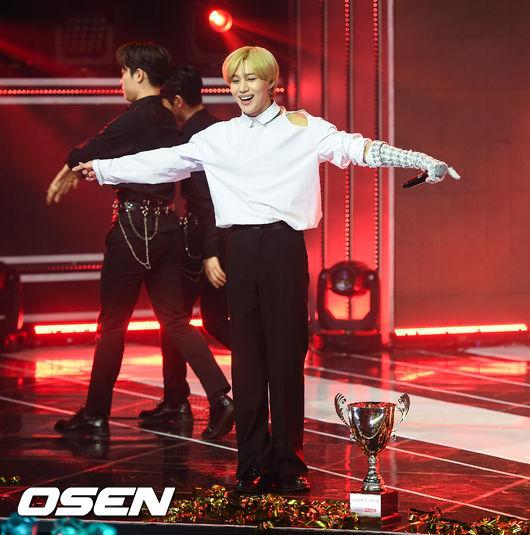 [사진]태민,쇼챔 1위 기쁨 만끽하며