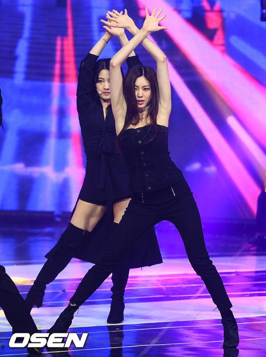 [사진]CLC 은빈,쇼챔 생방송 중 미끌