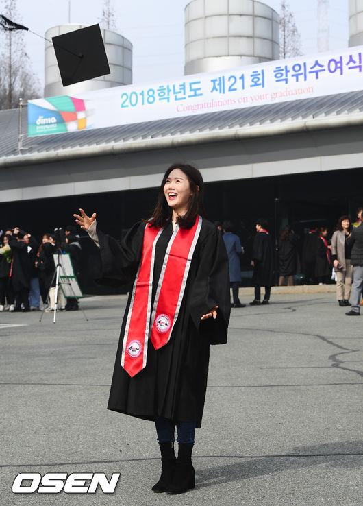 [사진]졸업 오마이걸 효정,학사모 힘껏 던지며